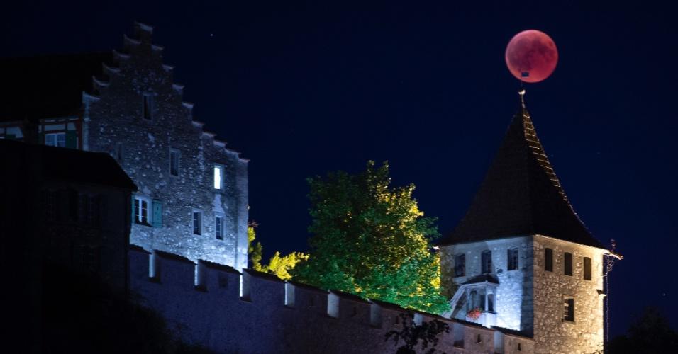 27.jul.18 - Lua de sangue vista sobre o castelo de Laufen, na Suíça