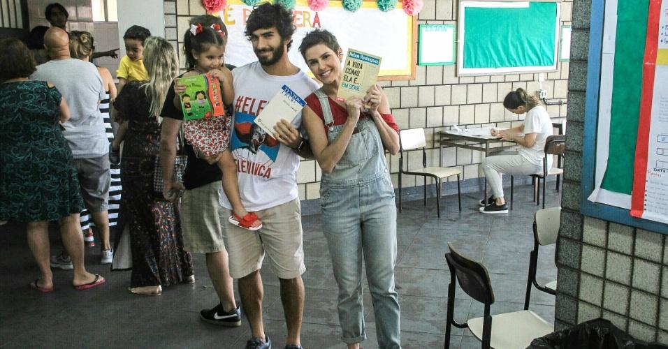 28.out.2018 - A atriz Deborah Secco vota ao lado do marido, Hugo Moura, e da filha, Maria Flor, na Barra da Tijuca, Rio de Janeiro