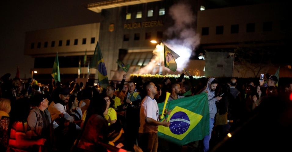 28.out.2018 - Eleitores de Jair Bolsonaro comemoram resultado das urnas em frente à Polícia Federal, em Curitiba, onde o ex-presidente Luiz Inácio Lula da Silva está preso desde abril