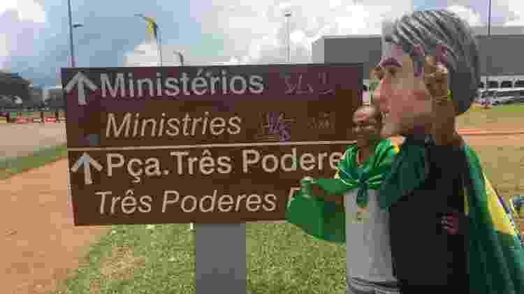 Gréguio prefere o V de vitória, mas povo pede pose imitando arma - Felipe Pereira/UOL
