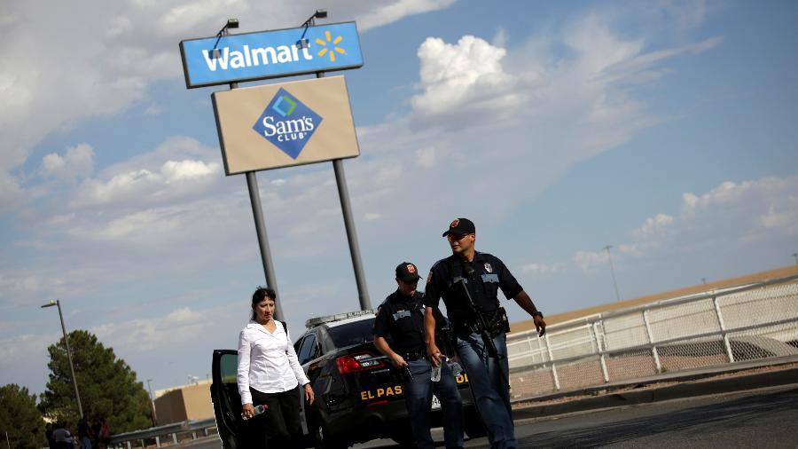 3.ago.2019 - Policias chegam após tiroteio em supermercado do Walmart em El Paso, no Texas - Jose Luis Gonzalez/Reuters