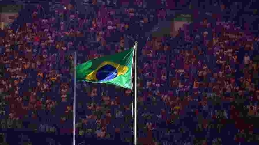 Bandeira do Brasil é hasteada durante cerimônia de abertura das Olimpíadas do Rio de Janeiro (2016) - Getty Images
