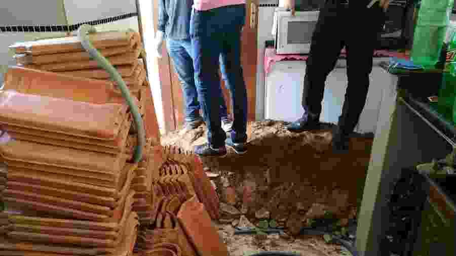 Corpo estava enterrado dentro de uma cova na área de serviço da casa - Divulgação/Polícia Civil-MG