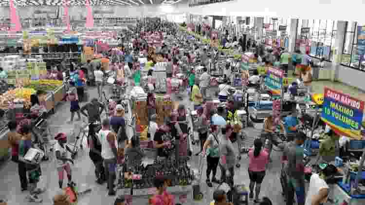 Clientes formaram longas filas em aniversário de supermercado no Rio - Igor Mello/ UOL