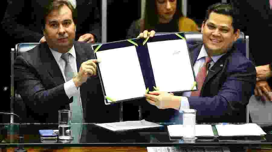 12.nov.2019 - Os presidentes da Câmara, Rodrigo Maia (DEM-RJ), e do Senado, Davi Alcolumbre (DEM-AP), durante a promulgação - Marcelo Camargo/Agência Brasil
