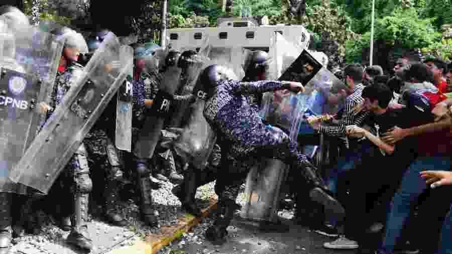 Policiais e estudantes se enfrentam durante protesto na Venezuela - Leonardo Fernandez Viloria/Getty Images
