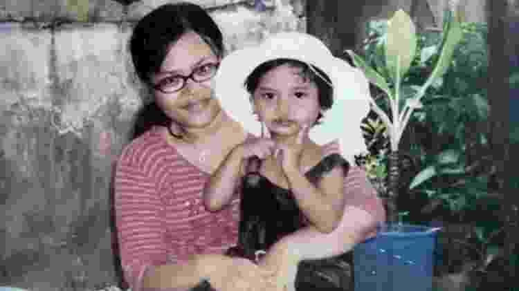 Sarah no colo da mãe, Halila; 'Eu sempre perguntava ao meu pai quando era criança: Onde está minha mãe?' - Iwan Setiawan