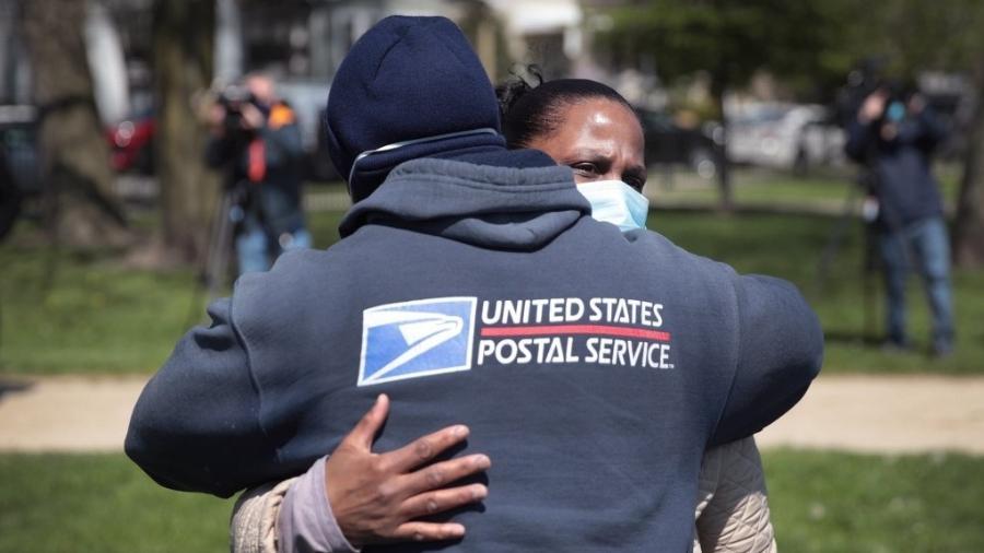 09/05/2020 - Chicago (Illinois)- Mulher é abraçada por carteiro durante velório da filha, que também trabalhava no serviço postal, vítima de coronavírus - Scott Olson/Getty Images/AFP