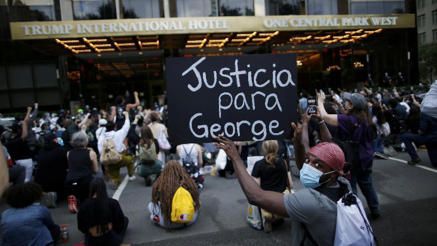 Pessoas participam de um protesto contra a morte de George Floyd, em frente ao Trump International Hotel em Nova York, EUA - EDUARDO MUNOZ/REUTERS