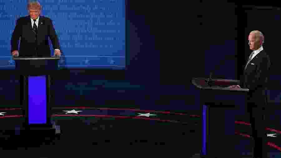 Donald Trump e Joe Biden em palco do primeiro debate presidencial - SAUL LOEB / AFP