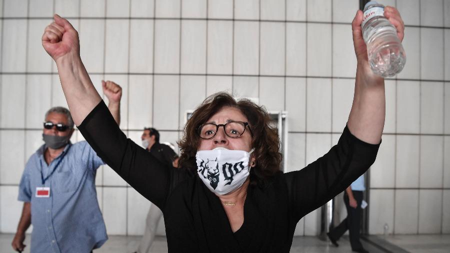 Magda Fyssas, mãe do rapper assassinado Pavlos Fyssas, comemora veredicto de julgamento sobre o partido Aurora Dourada - Louisa Gouliamaki/AFP