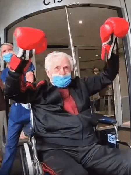 A saída do hospital à la Rocky Balboa de Enzo após 3 semanas internado - Reprodução/ABC Localish