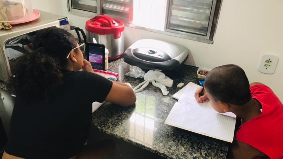 Fabíola, 13, e seu irmão Fernando, 11, estudam em casa, com tablet emprestado - Arquivo pessoal