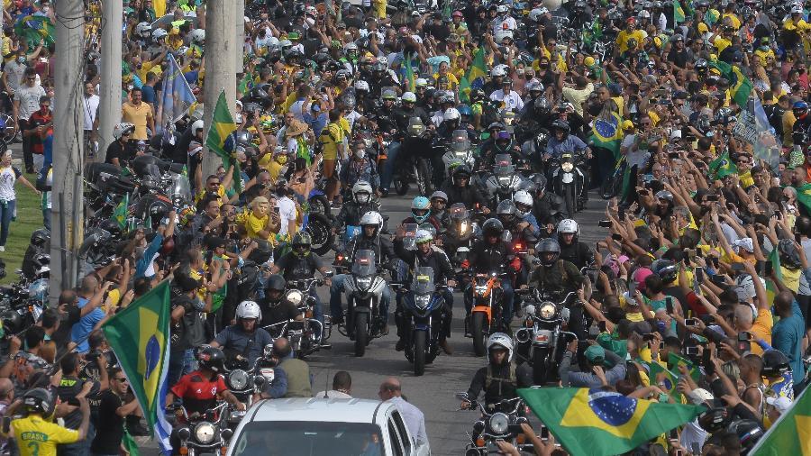 Jair Bolsonaro durante passeio de moto com apoiadores no Rio de Janeiro  - ERBS JR./FRAMEPHOTO/FRAMEPHOTO/ESTADÃO CONTEÚDO