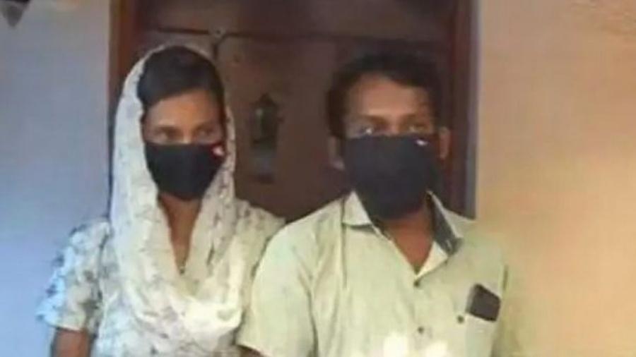O casal indiano após ser encontrado pela polícia - Reprodução/Manorama News