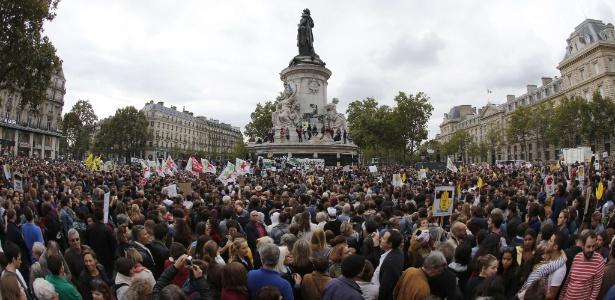Manifestantes fazem protesto em apoio aos imigrantes na praça da República, em Paris