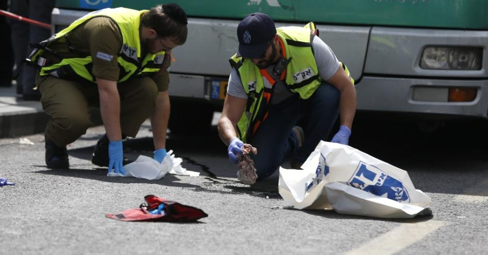 8.out.2015 - Forças de segurança israelenses e polícia forense recolhem objetos em local de esfaqueamento de um homem israelense por um árabe, em Jerusalém