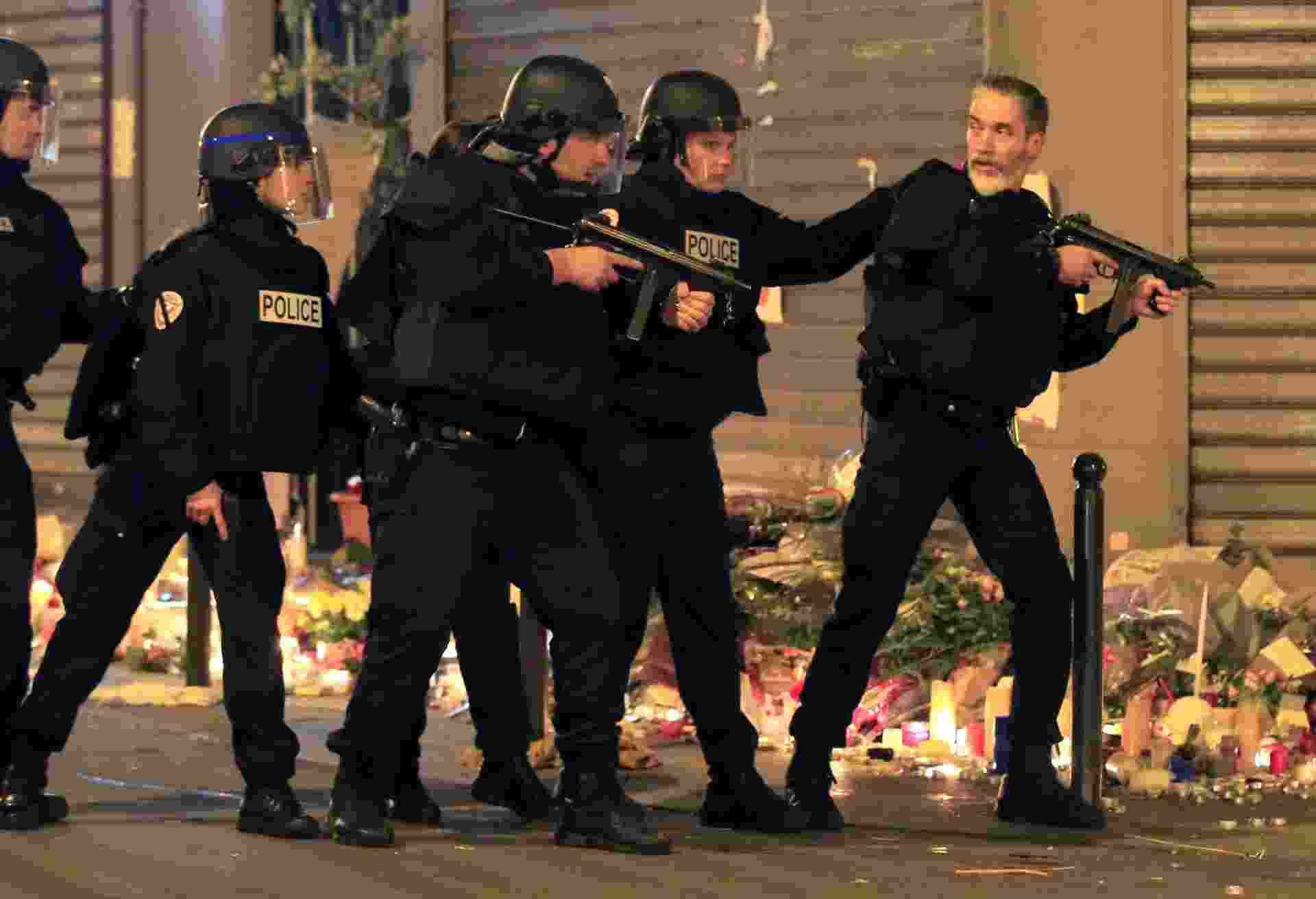 15.nov.2015 - Policiais reforçam a segurança na praça da República, em Paris, após um alarme falso de tiros. Milhares de pessoas que prestavam homenagens às 129 vítimas do massacre, precisaram sair às pressas da região. Houve tumulto, mas a praça foi esvaziada rapidamente - Pascal Rossignol/Reuters