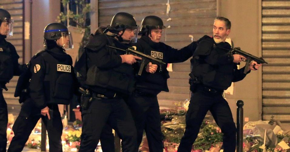 15.nov.2015 - Policiais reforçam a segurança na praça da República, em Paris, após um alarme falso de tiros. Milhares de pessoas que prestavam homenagens às 129 vítimas do massacre, precisaram sair às pressas da região. Houve tumulto, mas a praça foi esvaziada rapidamente