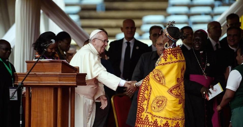 27.nov.2015 - Papa Francisco cumprimenta jovens quenianos em estádio de Nairóbi. papa Francisco pediu nesta sexta-feira que as autoridades busquem garantir educação e trabalho aos jovens para evitar que eles se deixem