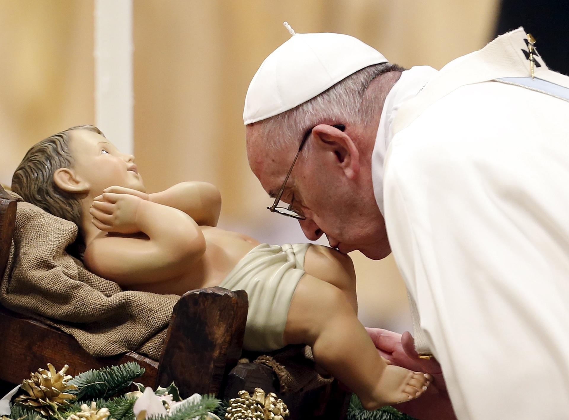 1º.jan.2016 - Papa Francisco beija estátua de menino Jesus durante missa do Ano-Novo na Basílica de São Pedro, no Vaticano