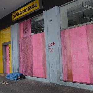 Agência bancária amanhece coberta de tapumes após atos de vandalismo em SP