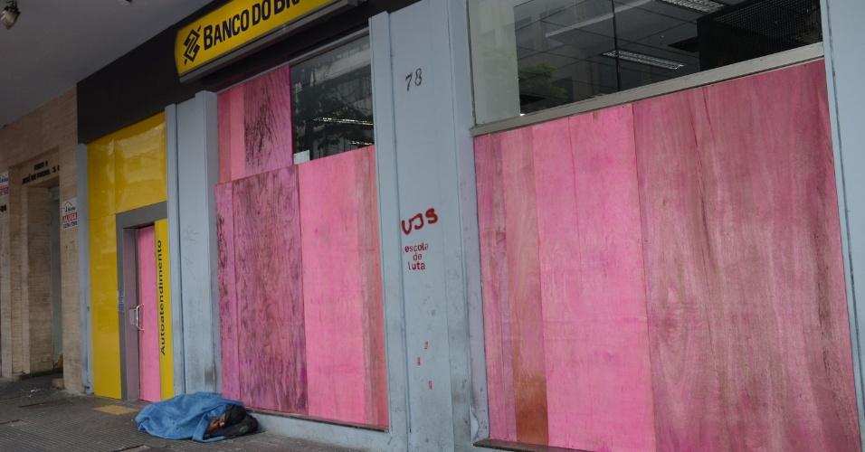 9.jan.2016 - Agência bancária amanhece coberta de tapumes após atos de vandalismo ocorridos durante manifestação contra o aumento das tarifas do transporte público em São Paulo na noite desta sexta-feira (8)