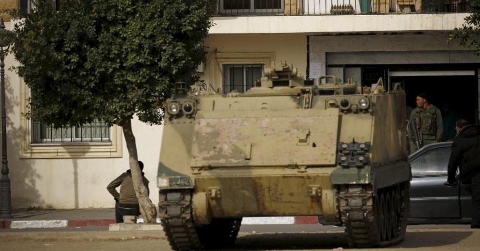 30.jan.2016 - Um veículo blindado faz o patrulhamento em frente ao prédio da prefeitura em Kasserine, na Turquia, neste sábado (30). O local tem sido palco de protestos de jovens por emprego há uma semana