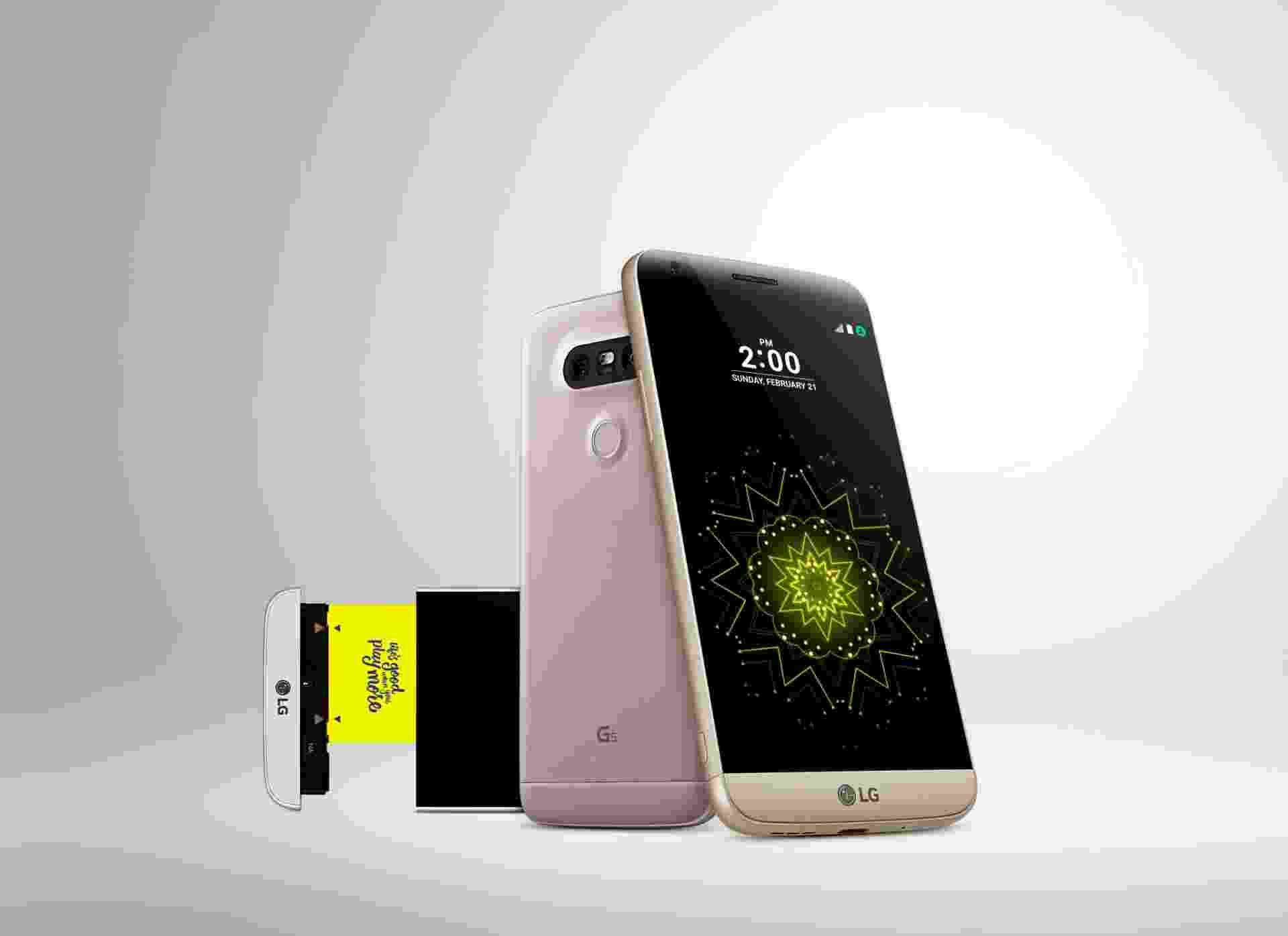 21.fev.2016 - A LG lançou o seu novo smartphone top de linha durante a Mobile World Congress, em Barcelona. O G5 ganhou um design diferenciado, com corpo metálico, sem os tradicionais botões traseiros e com o conceito de celular modular, que favoreceu a permanência da bateria removível e a adição de diferentes e inovadoras funcionalidades - Divulgação