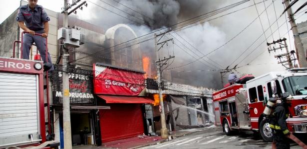 Incêndio atingiu shopping na região do Brás, em São Paulo, na manhã deste sábado