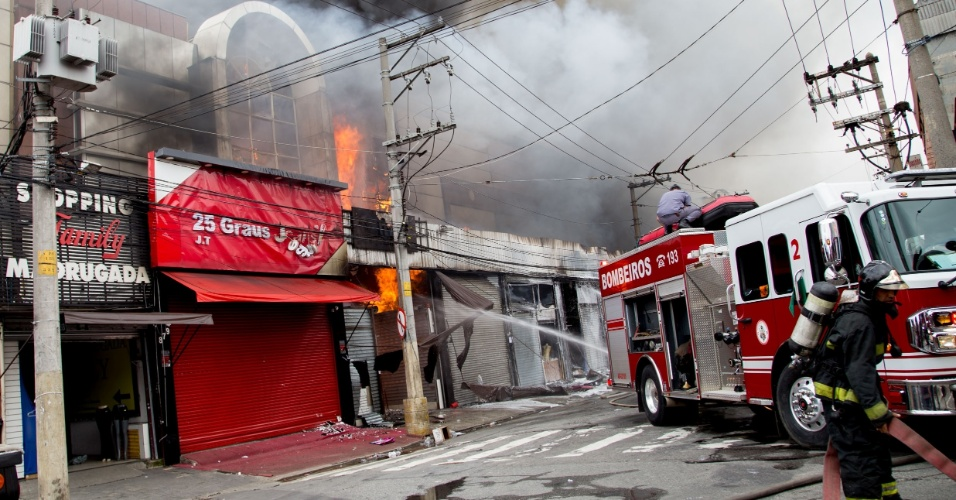 12.mar.2016 - Incêndio atinge shopping ao lado da Feira da Madrugada, na rua Monsenhor Andrade, no Brás, região central de São Paulo. O Corpo de Bombeiros enviou 29 carros para combater as chamas