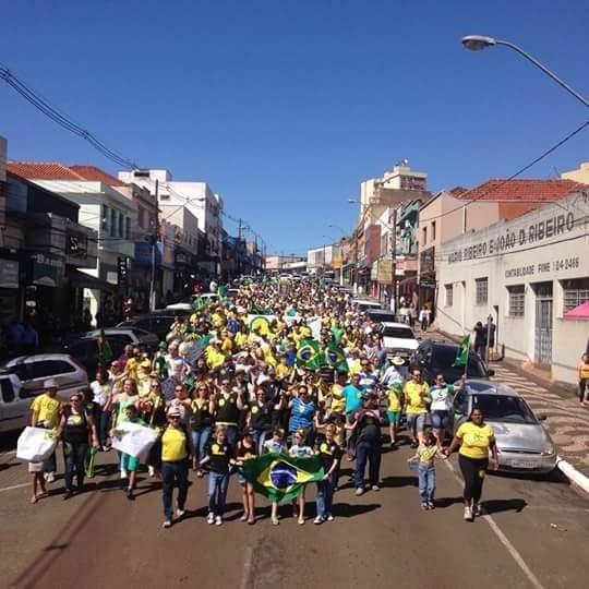 13.mar.2016 - Manifestantes protestam contra o governo Dilma Rousseff em Cornélio Procópio (PR). A imagem foi enviada pelo internauta Luiz Eduardo de Araújo por meio do WhatsApp do UOL Notícias - (11) 95520 5752