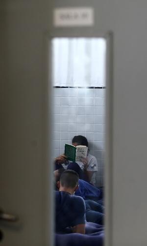 29.mar.2016 - A Escola Prefeito Mendes de Moraes, na Ilha do Governador, está tomada por cerca de cem  estudantes desde o dia 21. O colégio tem sala de dança e laboratório de informática, mas, segundo os alunos, nunca foram abertos para eles.  A secretaria pediu a reintegração de posse das escolas ocupadas