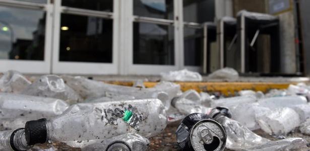 Lixo acumulado após o festival Time Warp, em Buenos Aires, em que 5 jovens morreram