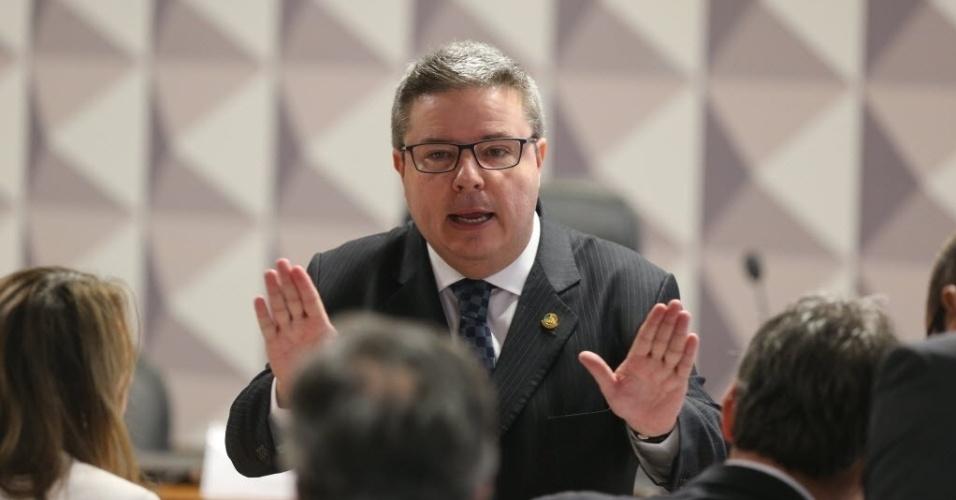 27.abr.2016 - O senador Antonio Anastasia (PSDB-MG) conversa com outros parlamentares antes do início da segunda reunião da comissão especial do impeachment do Senado, que avalia o processo de afastamento da presidente Dilma Rousseff