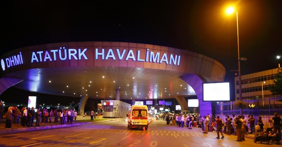 28.jun.2016 - Ambulância chega ao aeroporto de Ataturk, em Istambul, na Turquia, onde houve explosões. Dezenas de pessoas morreram e centenas ficaram feridas
