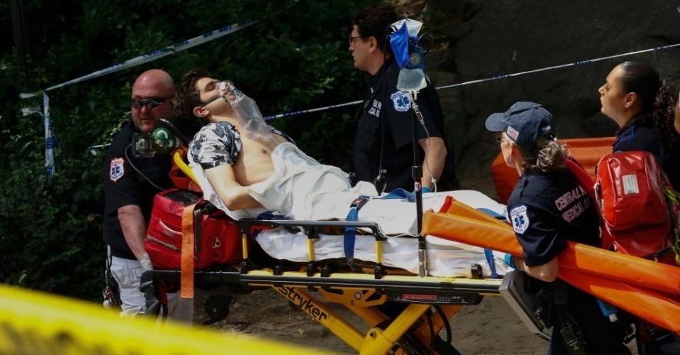 3.jul.2016 - Um rapaz ficou ferido e pode ter de amputar a perna após uma explosão no Central Park, em Nova York, neste domingo. Uma testemunha disse ao canal CBS que o rapaz estava escalando uma pedra grande quando pisou em algo que explodiu. Ainda não há detalhes sobre o que poderia ter causado a explosão