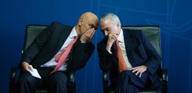 O presidente interino, Michel Temer, conversa com o ministro da Justiça, Alexandre de Moraes, durante solenidade em julho de 2016