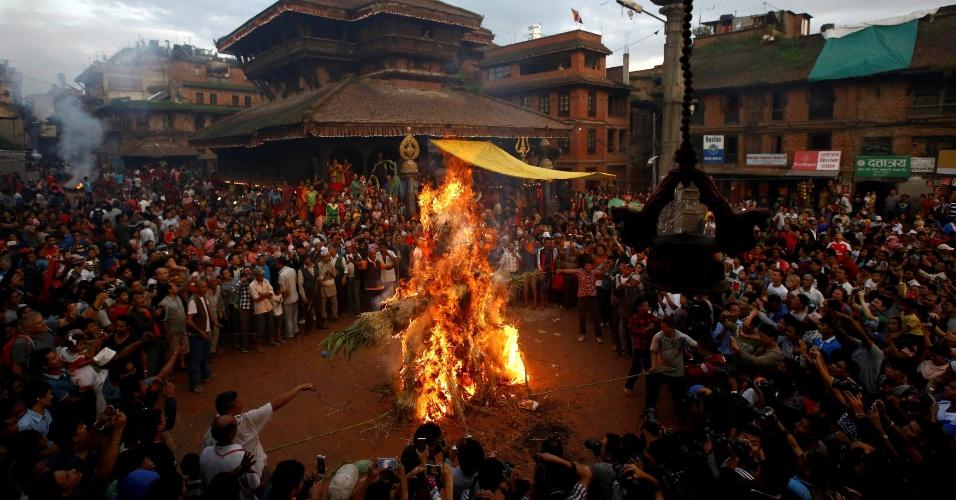 2.ago.2016 - Devotos queimam um boneco representando o demônio Ghantakarna para simbolizar a destruição do mal, durante o festival de Ghantakarna, na cidade de Bhaktapur, Nepal. De acordo com as tradições, acredita-se que o demônio roube crianças e mulheres das suas casas
