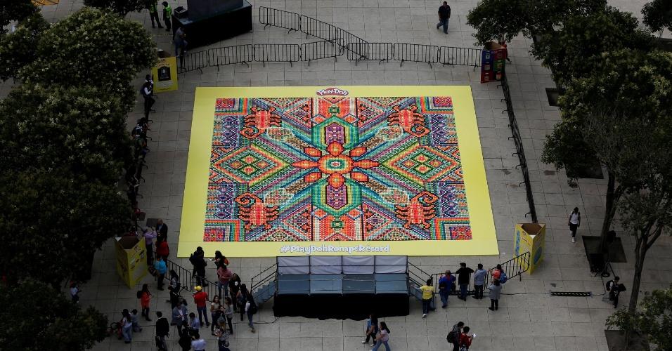 23.set.2016 - Mosaico feito com 26.896 potes de massa de modelar tenta alcançar o título do Guinness World como o maior mosaico do mundo. Evento aconteceu na Cidade do México