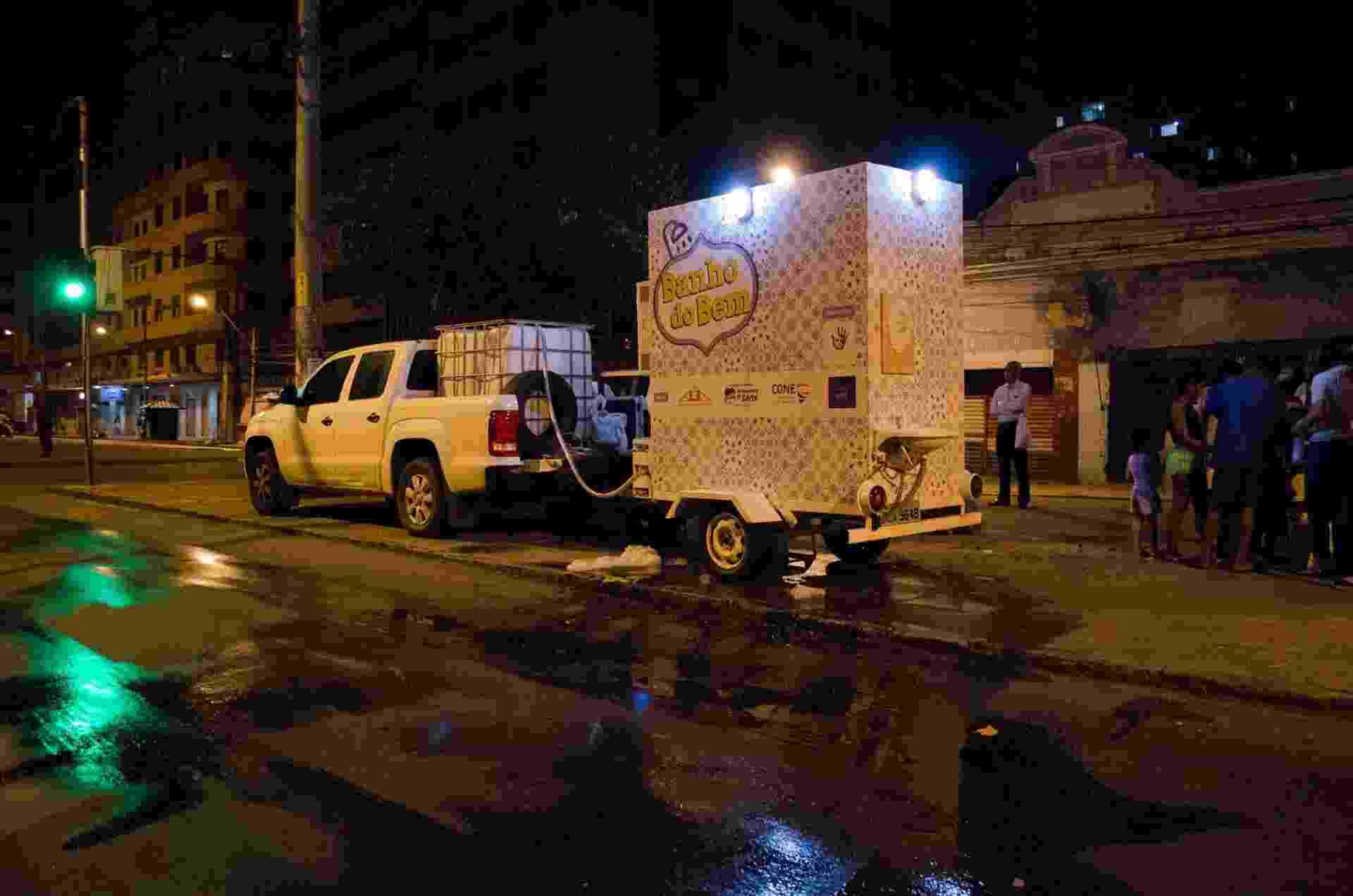Um projeto construído a partir de financiamento coletivo está levando banheiros móveis para higiene básica de moradores de rua no Recife (PE) desde setembro. - Vanessa Araújo