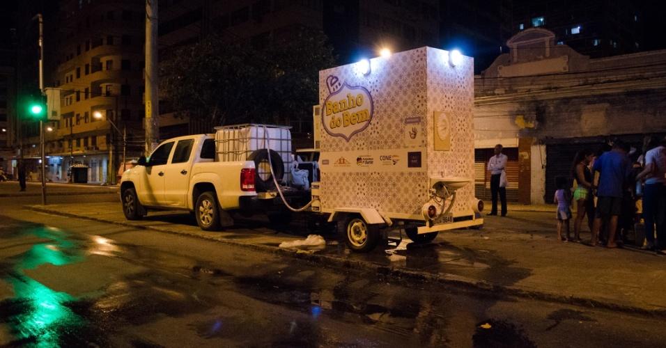 Um projeto construído a partir de financiamento coletivo está levando banheiros móveis para higiene básica de moradores de rua no Recife (PE) desde setembro.