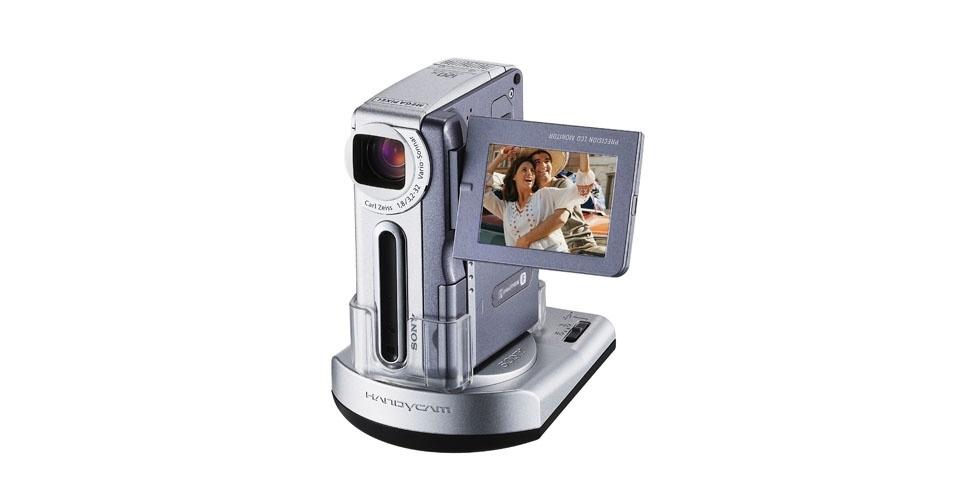 Filmadora DCR-IP 1 da Sony (2004). Esse é um dos objetos extintos que integram a enciclopédia virtual criada pela startup russa Thngs para eternizar tecnologias do passado