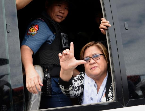 A senadora filipina Leila de Lima acena para simpatizantes em Muntinlupa City, no subúrbio de Manila - Noel Celis/AFP