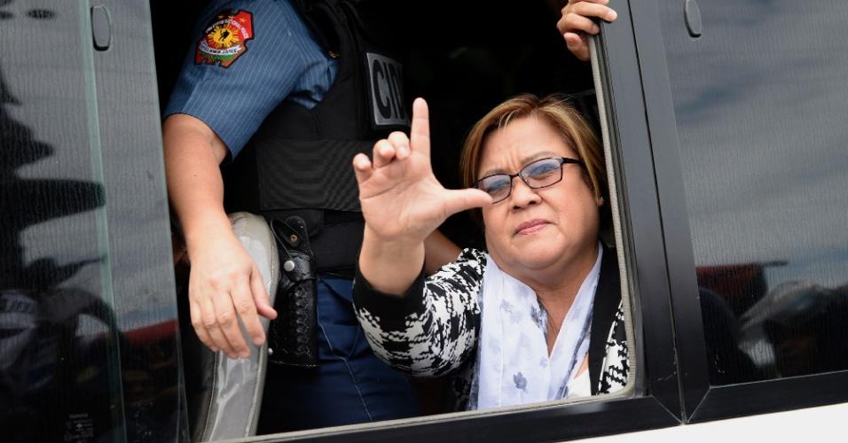 24.fev.2017 - A senadora filipina Leila de Lima acena para simpatizantes em Muntinlupa City, no subúrbio de Manila