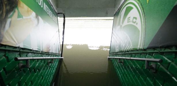 Túnel de acesso ao campo do estádio Alfredo Jaconi, em Caxias do Sul, alagado