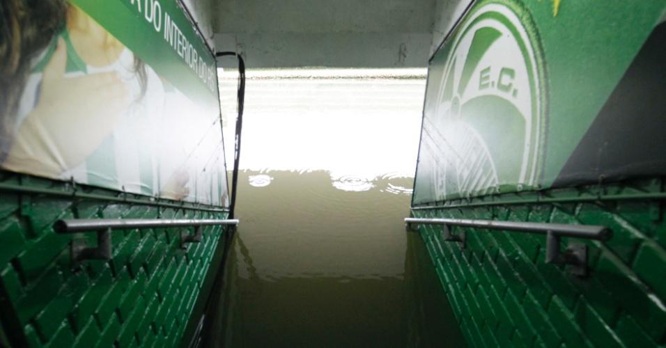Túnel de acesso ao campo do estádio Alfredo Jaconi, em Caxias do Sul, alagado após fortes chuvas