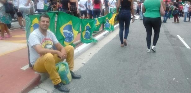 Vendedor lamenta venda fraca de bandeiras do Brasil na avenida Paulista - Daniela Garcia/UOL