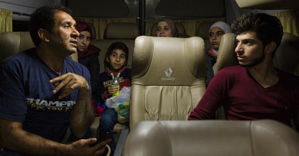 13.mar.2017 - A família síria Alkhaled vai para casa após o desembarque da mãe e dos quatro filhos no aeroporto de Cumbica (SP)