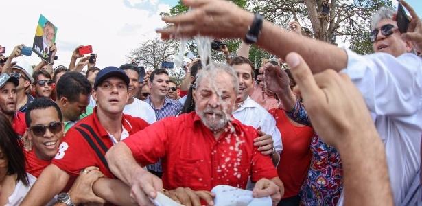 """19.mar.2017 - Cercado de populares, o ex-presidente Luiz Inácio Lula da Silva participa da """"inauguração popular"""" do eixo leste da transposição do rio São Francisco, em Monteiro (PB)"""